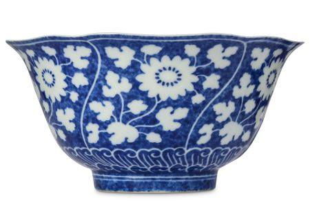 A CHINESE BLUE AND WHITE 'CHRYSANTHEMUM' BOWL.