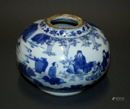 CHINE. VASE boule en porcelaine à décor en camaïeu de bleu de lettrés dans un paysage. H. 15 cm