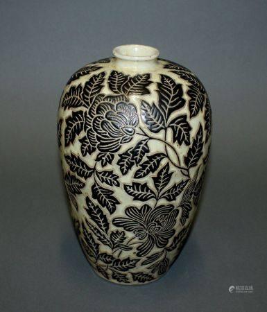 CHINE. VASE à col resseré en porcelaine à décor floral estampé noir sur fond beige. Marque esta