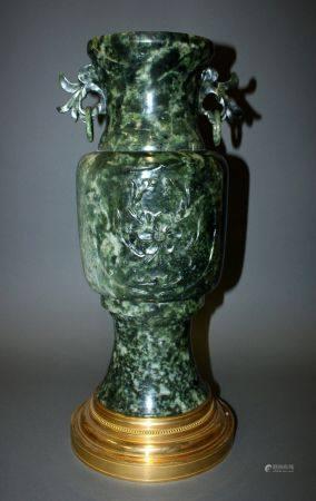 CHINE. Grand VASE Gû en pierre dure verte épinard à décor en médaillon de bas-reliefs floraux.