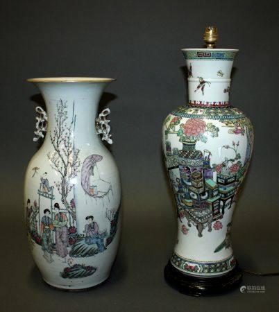 CHINE. Lot comprenant un VASE balustre en porcelaine à décor polychrome d'une scène de palais (