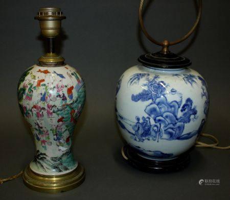 CHINE. Lot comprenant un VASE boule en porcelaine à décor en camaïeu de bleu de lettrés dans un