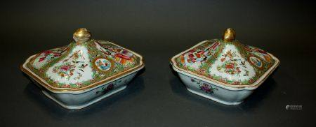 CHINE, Canton. Paire de PLATS couverts en porcelaine à décor d'oiseaux branchés et de scènes de