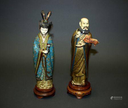 CHINE et JAPON. Deux  SUJETS figurant un couple de dignitaires en métal doré et émaux cloisonné