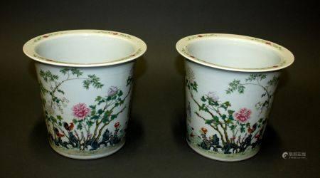 CHINE. Paire de petits CACHE-POTS en porcelaine à décor polychrome de coqq dans un paysage aux
