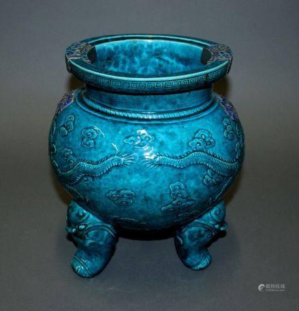 CHINE. VASE tripode en porcelaine à couverte turquoise et décor estampé du dragon poursuivant l
