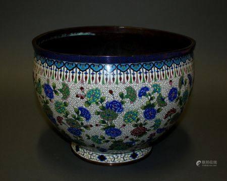 CHINE. CACHE-POT en métal à décor cloisonné polychrome de tiges fleuries sur fond blanc, la lèv