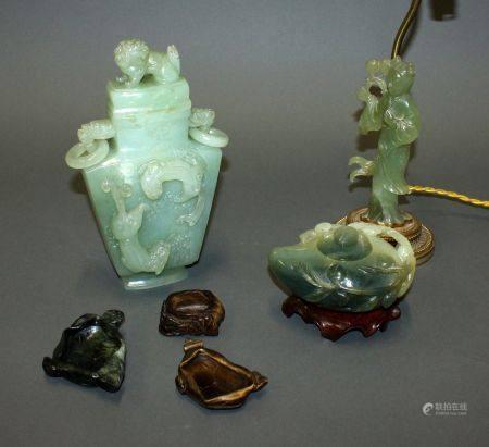 CHINE. Lot de pierres dures sculptées comprenant un VASE couvert (H. 24 cm), un SUJET monté en