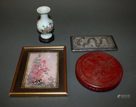 CHINE. Lot comprenant un petit VASE balustre en porcelaine (H. 11,5 cm), une reproduction sous