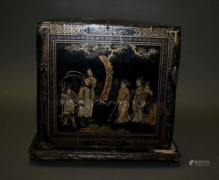 CHINE. BOÎTE cubique en bois laqué à décor doré sur fond noir de paysages animés et poèmes call