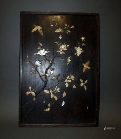 JAPON. PANNEAU de bois à décor en application d'os gravé formant un décor de volatiles parmis d