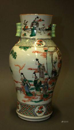 CHINE. VASE balustre en porcelaine à décor en émaux de la Famille verte de scènes de cour parmi
