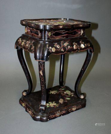 CHINE. SELETTE en bois sculpté à décor en application de pierres dures et nacre formant un déco