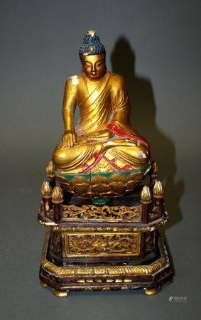 CHINE. BOUDDHA en position de méditation reposant sur un socle hexagonal à décor de bas-reliefs