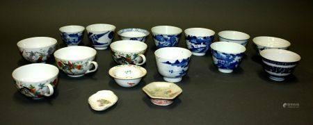 CHINE. Lot de BOLS et TASSES en porcelaine à décor polychrome et bleu blanc. Il comprend 10 BOL