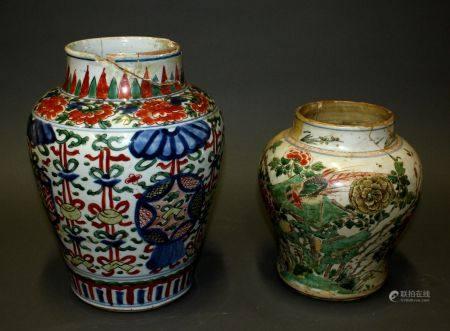 CHINE. Lot de deux VASES restaurés en porcelaine à décor floral polychrome. Epoque XVIIe siècle