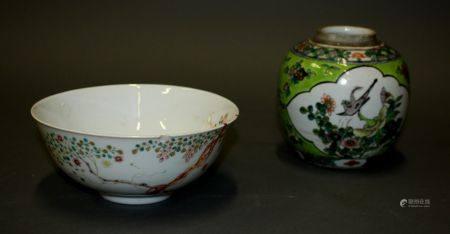 CHINE. Lot comprenant un BOL sur talon en porcelaine polychrome à décor de branchages (H. 7,5 c
