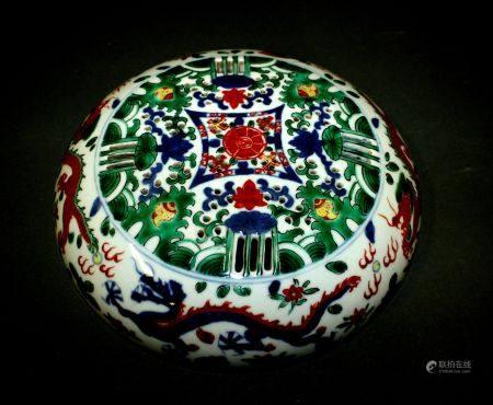 CHINE. Grande BOÎTE circulaire couverte en porcelaine à décor Wucai de rinceaux et dragon pours