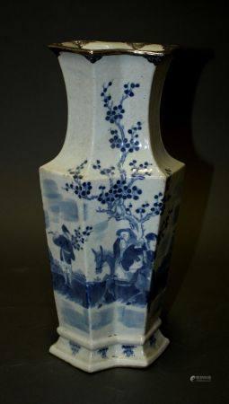 CHINE. VASE de section octgonale en porcelaine à décor en camaïeu de bleu d'un paysage animé et
