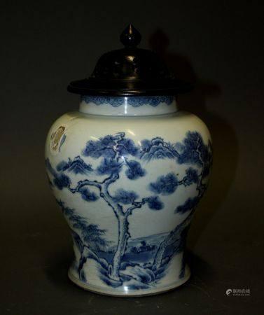 CHINE. VASE balustre en porcelaine à décor en camaïeu de bleu d'un paysage lacustre animé. Le c