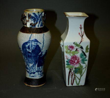 CHINE. Lot comprenant un VASE balustre en porcelaine de Nankin (H. 24 cm, petits accidents, res