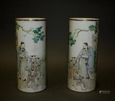 CHINE. Paire de VASES rouleau en porcelaine à décor polyhchrome d'enfants et lettrés dans un pa