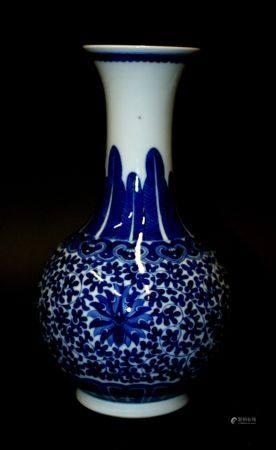 CHINE. VASE balustre en porcelaine à décor en bleu blanc de rinceaux stylisés et feuilles lancé