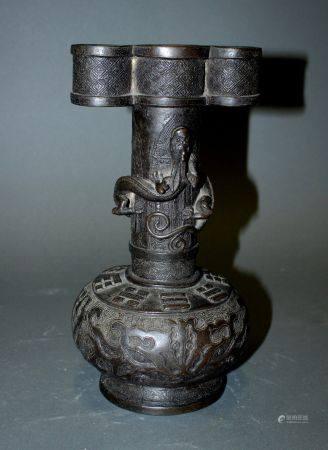 CHINE. VASE bouteille en bronze à à patine brune et décor de nuées et dragon grimpant. Les anse