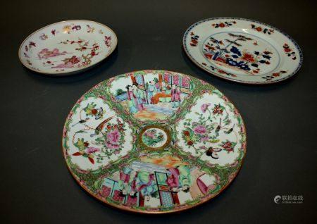 CHINE. Lot de trois ASSIETTES en porcelaine à décor polychrome. L'une à décor Imari (D. 28,5 cm