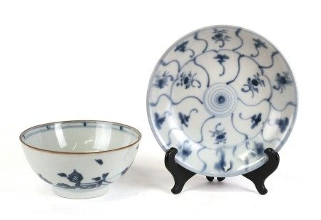 A Tek Sing Cargo Chinese blue & white shallow dish, 19cms 97.5ins) diameter; together with a Nanking
