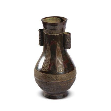 12 世纪 饕餮锦地纹贯耳瓶
