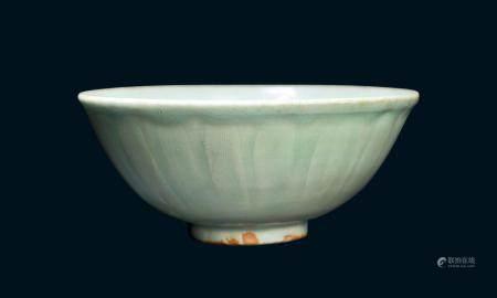 元代 龙泉青釉莲瓣碗(有冲)