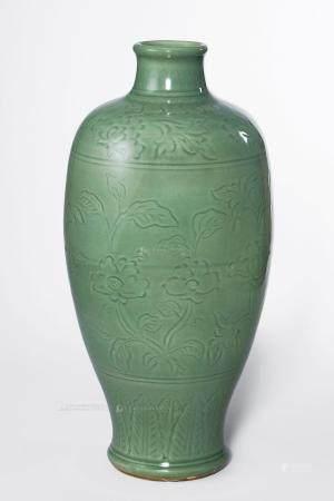 明 龙泉窑暗刻花卉纹梅瓶