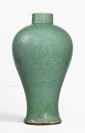 明永乐 龙泉青釉缠枝牡丹纹梅瓶