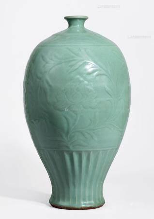 元 龙泉窑牡丹纹梅瓶