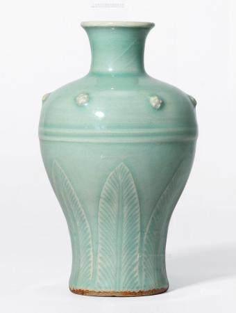 元 龙泉窑刻花蕉叶纹瓶