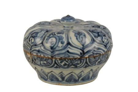BLUE AND WHITE FOLIATE-FORM CIRCULAR COVERED BOX, MING DYNASTY, 15TH CENTURY