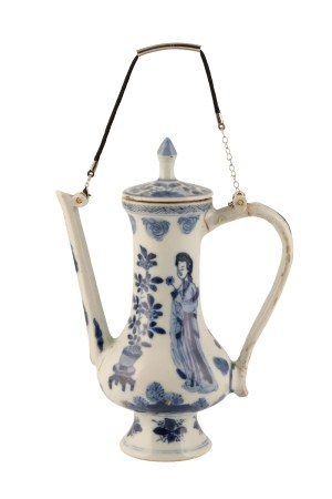 SLENDER BLUE AND WHITE EWER AND COVER, KANGXI PERIOD