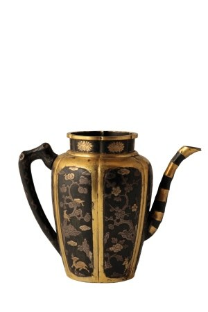INLAID METAL AND PARCEL-GILT INSCRIBED HEXALOBE EWER, KANGXI PERIOD