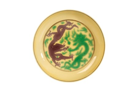 SMALL GREEN AND AUBERGINE DECORATED YELLOW-GROUND DISH, KANGXI SIX CHARACTER MARK AND OF THE PERIOD