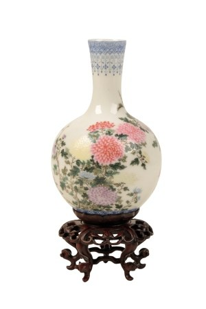 FINELY ENAMELLED MINIATURE FAMILLE ROSE VASE, REPUBLIC PERIOD (1912-1949)