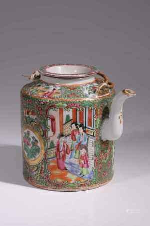 FAMILLE ROSE TEA POTKanton emaile,China, around 1860Dimensions: Height: 17 cm / Wide 14 cm / Depth