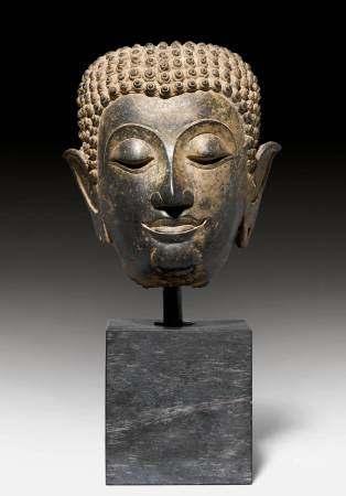 A FINE BRONZE HEAD OF BUDDHA.