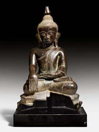 A SEATED BRONZE FIGURE OF BUDDHA SHAKYAMUNI.
