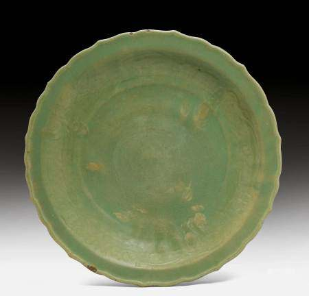 A LARGE CHINESE-STYLE CELADON CHARGER.