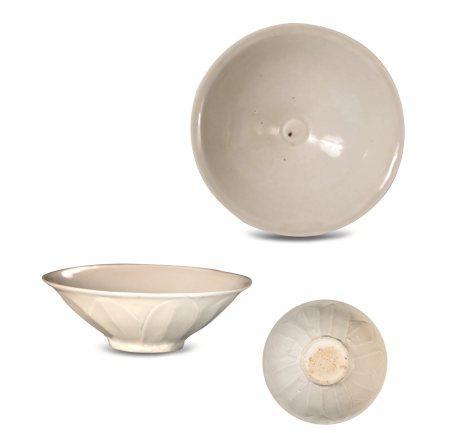 宋代白釉刻莲瓣纹茶盏