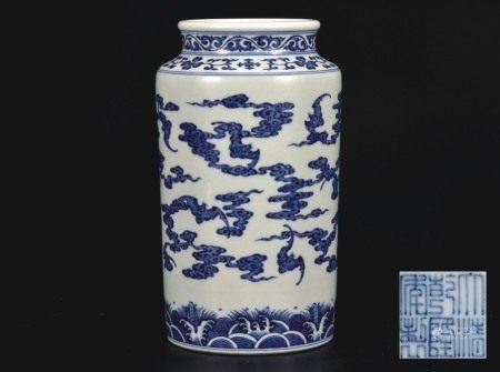青花福云纹筒瓶