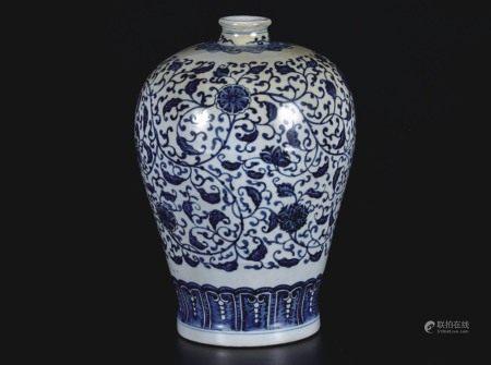 青花缠枝牡丹梅瓶