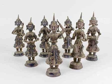 Silberne 7-figurige Musikantengruppe, Indien um 1900, sechs Musikanten mit verschiedenen
