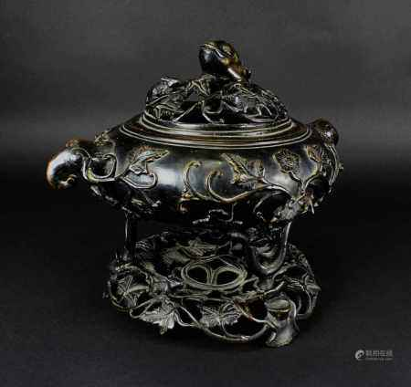 Chinesischer Räucherkoro aus Bronze, 19. Jh., Gefäß in runder gestauchter Form mit vollplastischen